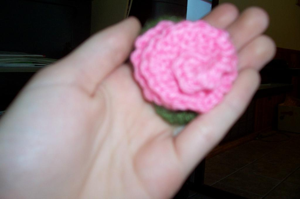 Sarah\'s Yarn Box: Flower Pin--Free Pattern