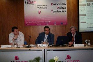 Fernando Morales Jiménez y Román Cendoya (a izquierda y derecha del moderador respectivamente)