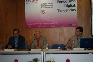 Arturo Merayo y Juan Miguel Aguado (a izquierda y derecha del moderador respectivamente)