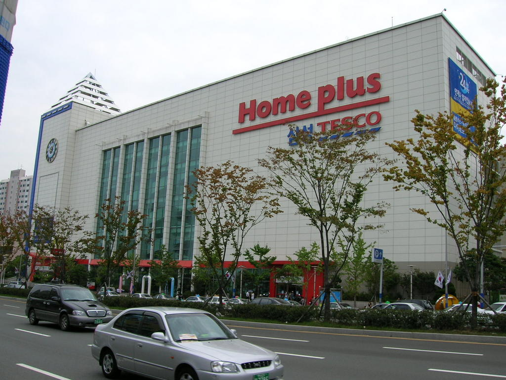 tesco in korea Tesco-owned asian supermarket homeplus is under investigation in south korea after prosecutors accused the group's managers for selling customers' private information to insurance companies south korean authorities are also probing homeplus for rigging a customer competition following allegations.