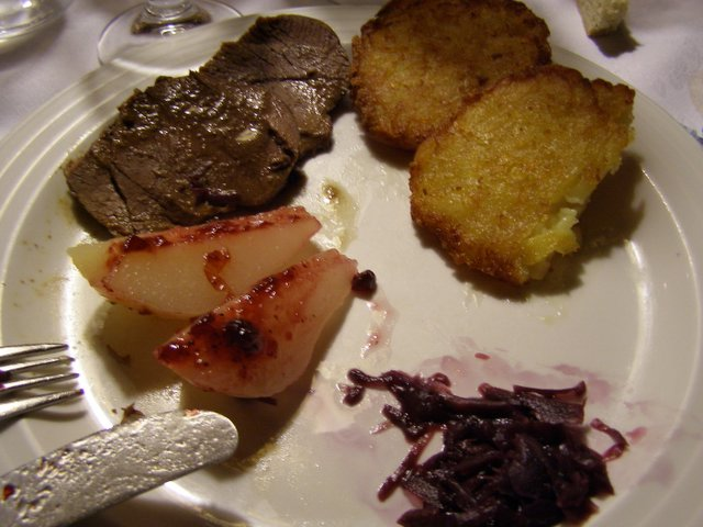 Arrosto di cervo con rape rosse frittelle di patate, pere e salsa ai ...