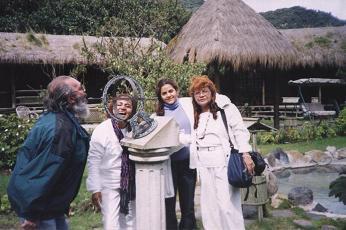 La Mata Ji Lillah Otis, con su hija y El Guru Ji Oxil Pali Ur y la Mata Ji Dhyana Gueburah/su esposa- en risa espontanea-