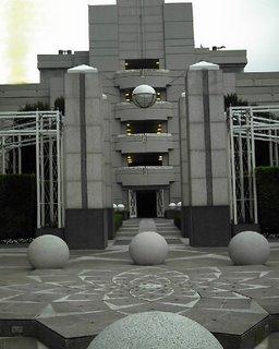 arquitectura del edificio de la empresa... este es apenas el parqueo