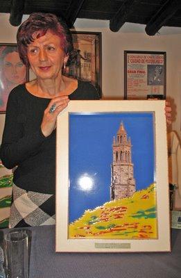 Juana Castro con el cuadro de Domi Calero