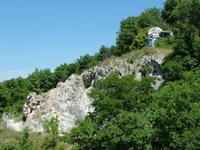 Az Apáthy-szikla egy része, tetején egy elhagyott háborús lőszerállással