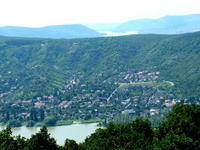 Házak Nagymaroson, háttérben a még a Dunakanyar előtt hömpölygő folyó