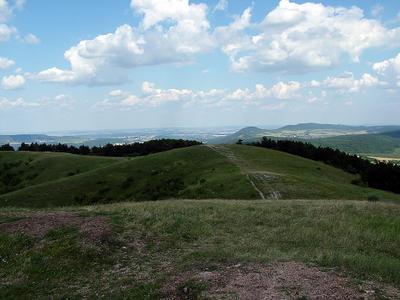 Kilátás a Nagy-Szénásról, háttérben a Hármashatár-hegy