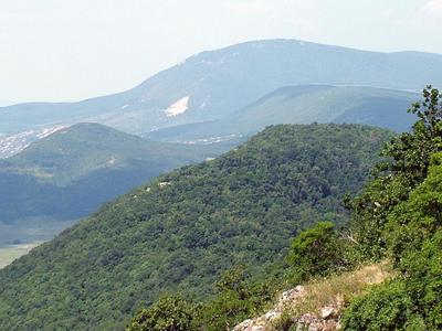 Kilátás a Nagy-Kevélyről nyugat felé, háttérben a Pilis