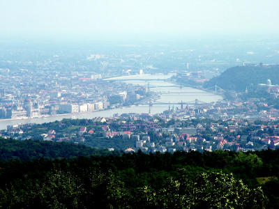 Látkép a csúcsról a város központja felé
