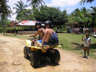 Inolvidable jornada de ruta por las plantaciones de cacao y café, con mi 'brother' a bordo de un quad, adentrándonos en la profunda República Dominicana, conociendo a sus gentes y admirando paisajes únicos. Al final hubo algún percance,... menos mal que todo se quedó en un susto