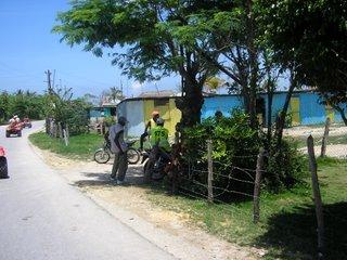 La imagen más habitual de las calles de la República Dominicana: grupos de dominicanos 'departiendo' en todos los rincones, con parsimonia, sosiego y buen humor. Eso sí, tampoco faltaban sus motocicletas, que convertían el tráfico por sus pobres carreteras en un auténtico caos. 'Aquí no hay reglas, brother', nos dijo un taxista a María, Jose, Juan y yo