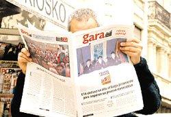 Toda España estuvo con la mirada puesta en el anuncio de ETA, entre la esperanza, la cautela y el escepticismo