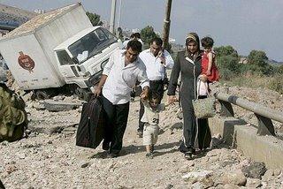 Una familia de libaneses huye después de un ataque israelí,... otras muchas familias israelíes perdieron su casa a causa de la violencia de Hizbulá