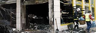 Estado en que quedó la ferretería del concejal navarro José Antonio Mendive, después de arder en la madrugada del sábado. Todo apunta a que los autores son miembros de la kale borroka
