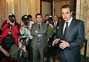 Zapatero se dirige a los periodistas en el Congreso, instantes después de que se produjera un acercamiento entre Gobierno y oposición