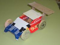 coche de carreiras de carton e madeira