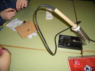 soldando compoñentes