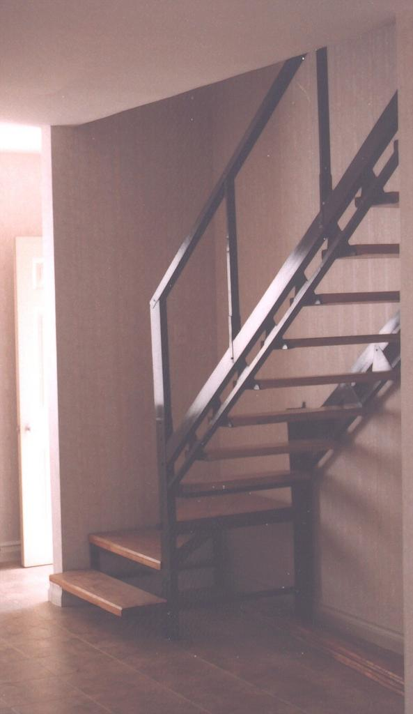 Eleve escaleras y barandas for Escalera de metal con descanso