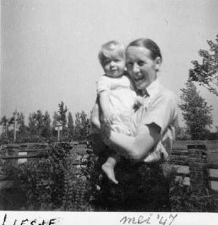Annie en Liesje.  - klik om te vergroten -Tekst achterop: De oudste en de jongste zeemansvrouw