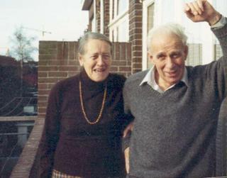 Maarten en Annie op het balkon, Laan van N O Einde 344, Voorburg. c.1990 (Foto Greet Goedhardt) - klik om te vergroten