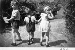 Foto (naar Maarten gestuurd) van Wim, Tijn en Gerrie.  - klik om te vergroten - Annie schreef achterop: Op weg naar Omoe om de 'Volendam' te laten zien, betrapt bij een ommetje door de tuin van 't Groene Kruis.