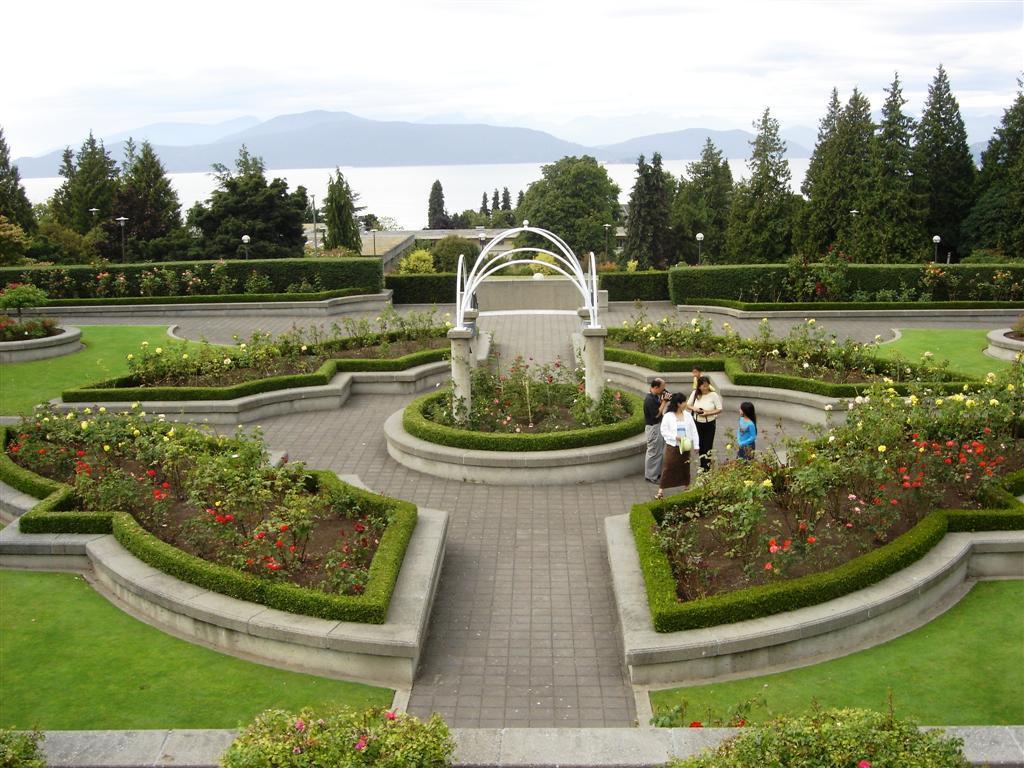 Argentinos en vancouver august 2005 for Decoracion de parques con piletas