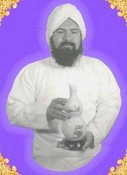 El entonces Hakim GG:: portando una botella de Medicina Oriental que se promocionaba en los medios de comunicacion