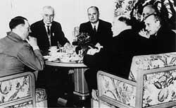 Thomas J. Watson (2º a esquerda), da IBM, em reunião com Hitler