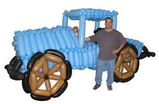 carro azul feito de bexigas com gordo do lado sorrindo