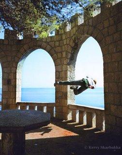 saltando pela janela de uma torre alta e com vista pro mar