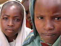Dos niñas africanas en un campo de refugiados.(Foto: REUTERS)