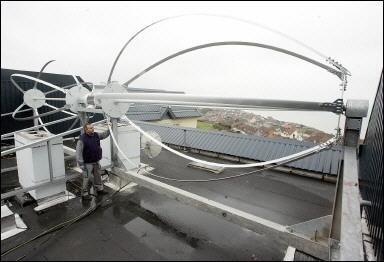 Pour un monde durable et quitable une olienne sur le toit d 39 un immeuble hlm - Eolienne de toit ...