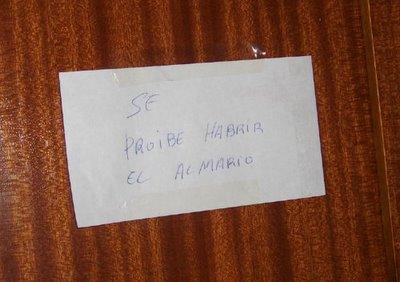 SE PROIBE HABRIR EL ALMARIO