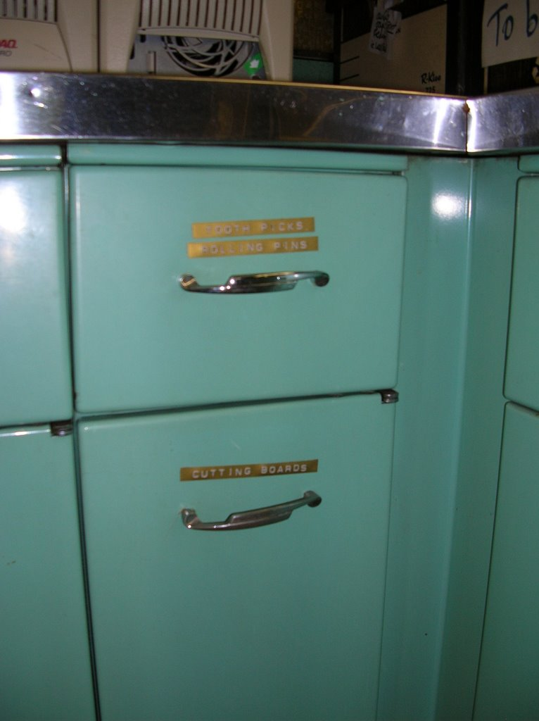 Retro renovation found 1963 aqua geneva steel kitchen for Metal kitchen cabinets