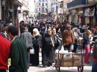 Una via del centro storico d'Algeri durante il mercato