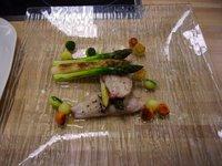 Papillot de salmonetes con crujientes de esparragos al aroma de trufa y calvados