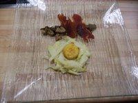 Espárragos confitados con yema de huevo empanada, salteado de setas de primavera y jamón crujiente