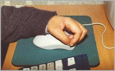 deficiente motor utilizando o mouse com dificuldades