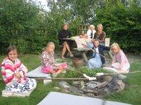 Snoerbrood maken bij ons in de tuin. Op de achtergrond Doris, Lone en Louise.