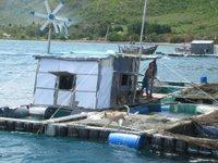 Klein vissersdorpje, drijvend op zee.