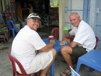 Andrew en ik drinken een lokaal tap biertje, Bia Hoi, bijna gratis