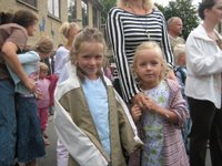 Vera en Kristine in hun nieuwe jurken.