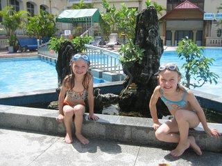 Genieten en afkoelen in het zwembad.