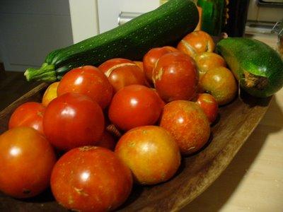 los tomates están ya un poco feotes, la foto la truqué poniendo los mejores delante