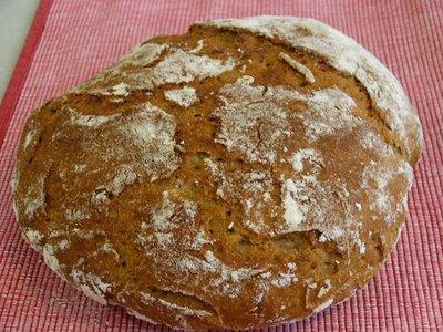 se sabe que la masa ha subido lo suficiente cuando se le hacen en la superficie las grietas que se ven tostaditas y sin harina en la foto