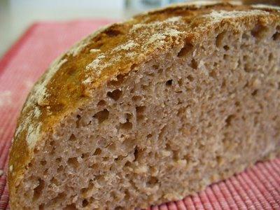 me hubiera gustado comerme este pan con mantequilla, encurtidos y un fiambre de morro de cerdo con cebolla