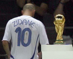 Zidane camino al vestuario