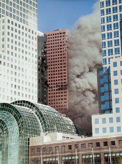 Figura 3 - WTC 7 visto desde el lado suroeste, mostrando la verdadera extensión del fuego y el daño estructural