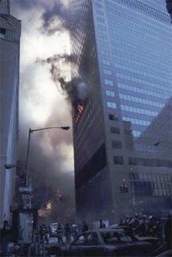 Figura 4 - La imagen del WTC 7 comúnmente mostrada por el Movimiento de la Verdad del 11-S, mostrando daño aparentemente mínimo del edificio