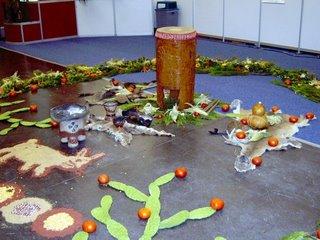Ofrenda de hortalizas en la Expo Infinito de Guadalajara. En el centro, un tambor prehispánico y tres pieles de jabali, gato montés y venado. Creo